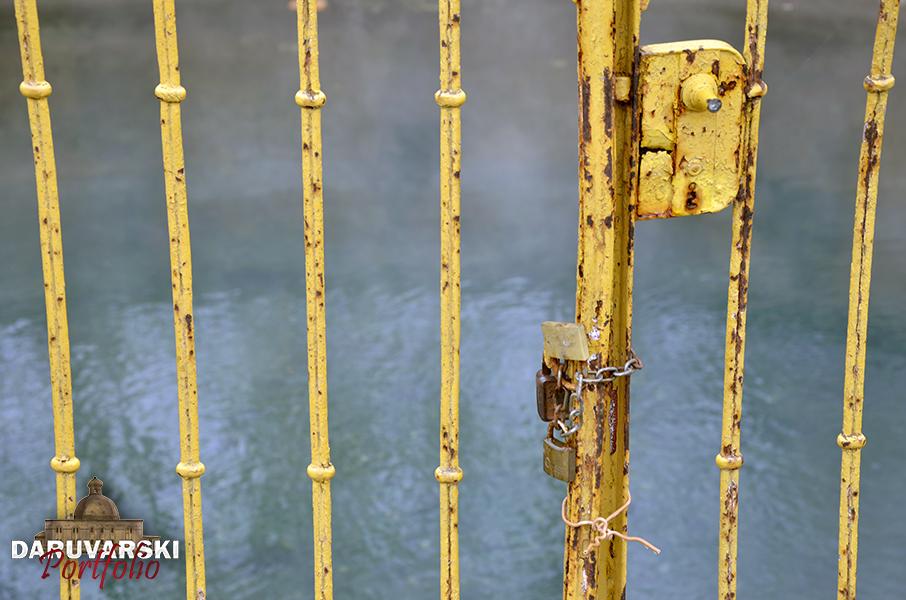 Lokot koji zaključava vrata